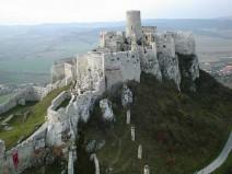 Viduramžių pilis pastatyta ant kalvos